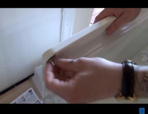 4 300x231 Cómo cambiar las bisagras de la nevera
