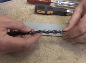 Cómo cambiar la cadena de una motosierra 1 300x221 Cómo cambiar la cadena de una motosierra