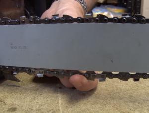 Cómo cambiar la cadena de una motosierra 9 300x229 Cómo cambiar la cadena de una motosierra