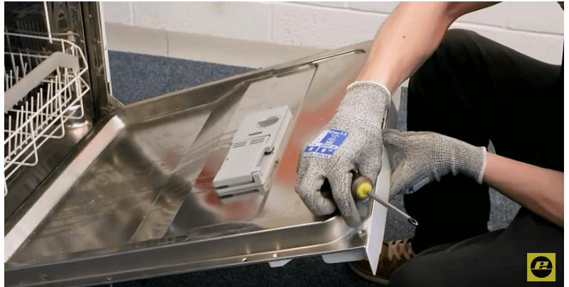 Colocamos el panel de control Reparar el cierre de un lavavajillas