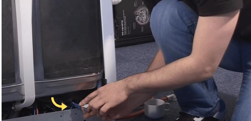 Paso 3 Cómo cambiar la válvula solenoide de un lavavajillas Gorenje