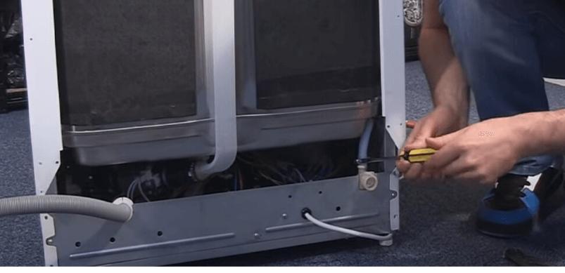 Paso 4 Cómo cambiar la válvula solenoide de un lavavajillas Gorenje