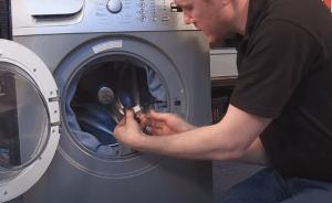 Desconectamos los cables 300x184 Cómo cambiar el cierre de la puerta en una lavadora Beko