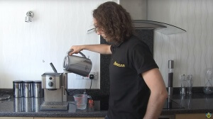 Paso 6 Ejecuta un ciclo de agua 300x168 Cómo descalcificar una cafetera