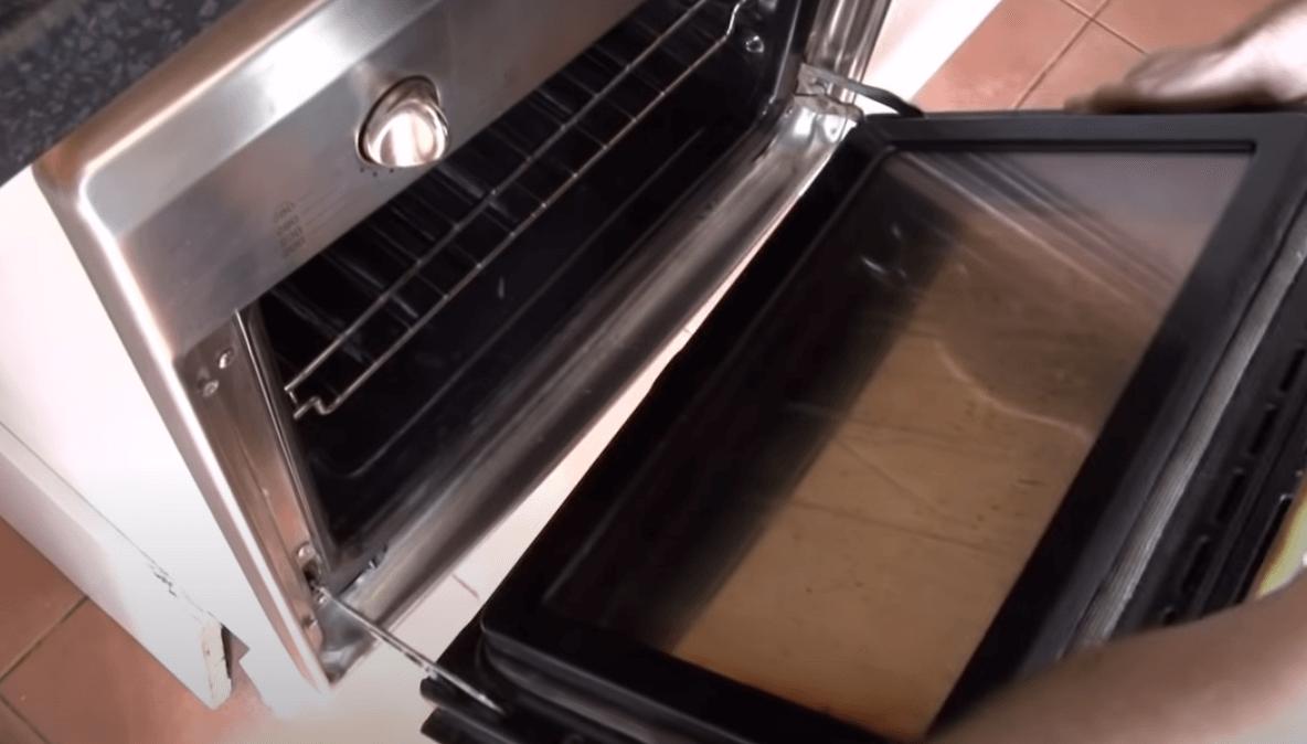 Remove the door2 Cómo cambiar la bisagra de la puerta del horno