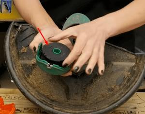 cambiar hilo 2 Cómo cambiar la bobina o el hilo de un cortabordes Black & Decker