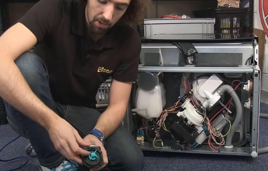 Bomba 1024x652 Cómo diagnosticar problemas de drenaje y motor en un lavavajillas