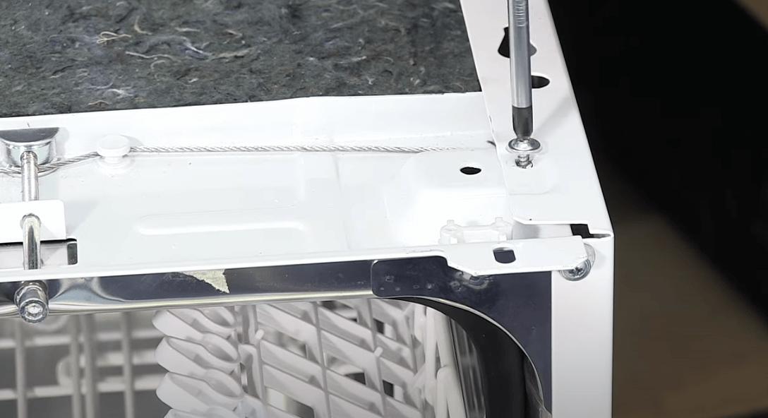 Quitar el panel lateral 1 Cómo cambiar las ruedas de soporte de los rieles en un lavavajillas